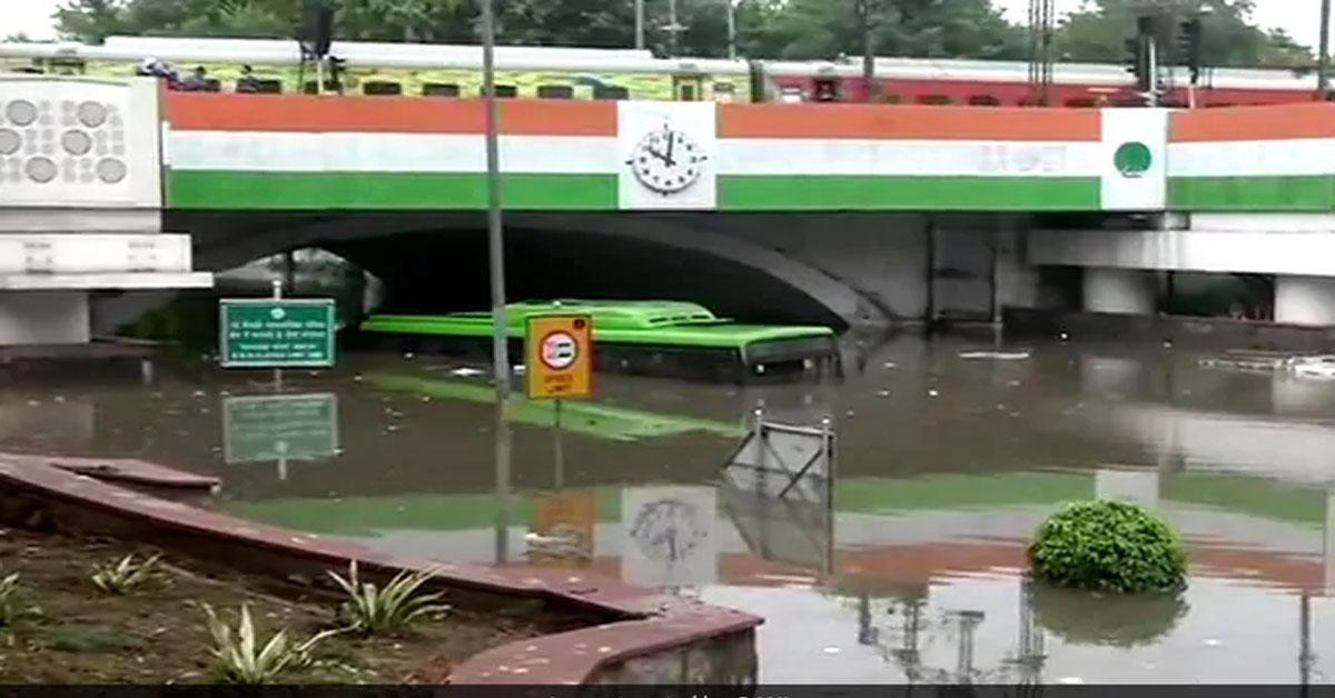 दिल्ली-NCR में भारी बारिश, मिंटो रोड ब्रिज के नीचे एक शख्स की डूबकर मौत