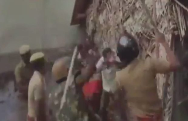 तमिलनाडु में बछड़े ले जा रहे ट्रक को रोकने पर दो गुटों में मारपीट, पुलिस ने किया लाठीचार्ज