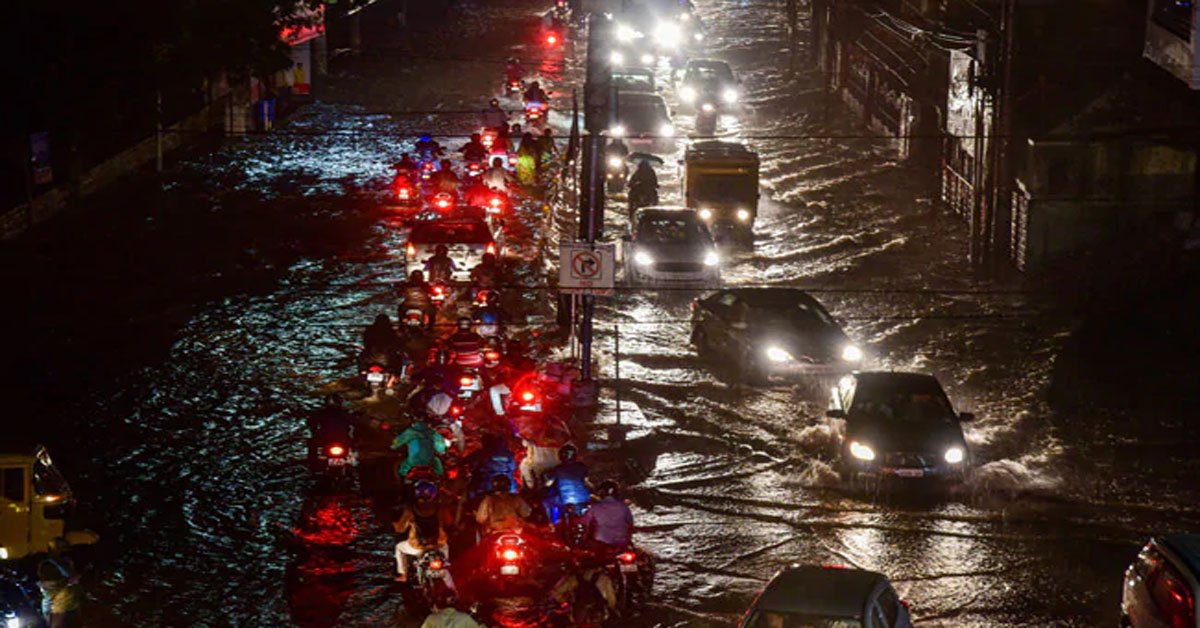 गलियों में बाढ़, सड़क पर बहती कार, हैदराबाद में भारी बारिश के बाद हजारों करोड़ का नुकसान