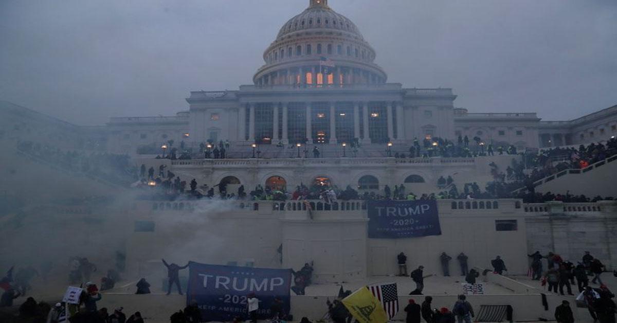 गोलियां चलाईं, शीशे तोड़े : ट्रम्प समर्थकों ने ऐसे अमेरिकी संसद परिसर को रणक्षेत्र में बदल दिया