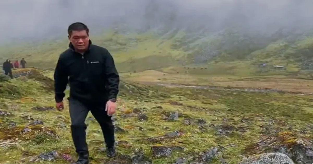 अरुणाचल प्रदेश के CM का सफर, लोगों से मिलने के लिए 11 घंटे पैदल चलकर पहुंचे गांव