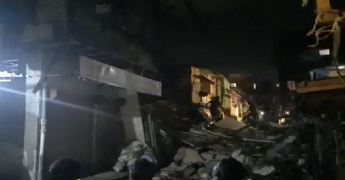 मुंबई में बारिश के कारण एक इमारत गिरने से बड़ा हादसा हो गया, जिसमें 11 की मौत, 18 घायल