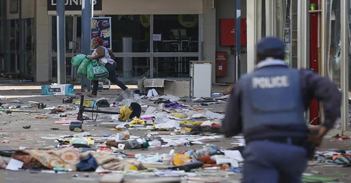 दक्षिण अफ्रीका में हिंसक विरोध में मरने वालों की संख्या बढ़कर 212 हुई, 25,000 सैनिकों की तैनाती