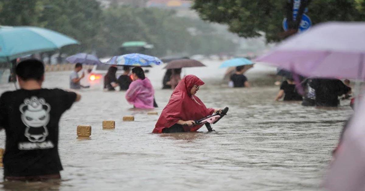 चीन में 1000 सालों में हुई ऐसी भयानक बारिश, गाड़ियां बहीं, सड़कों पर बने गड्ढों में डूबते दिखे लोग