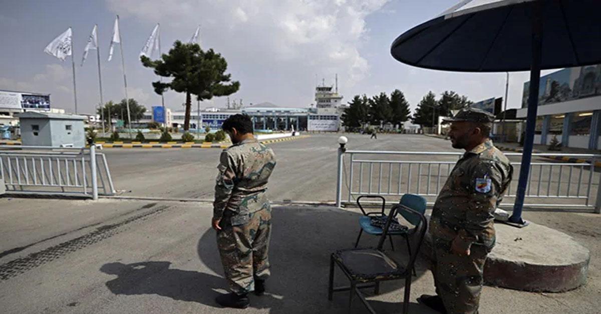 तालिबान के साथ काबुल एयरपोर्ट पर काम पर लौटी अफगान पुलिस