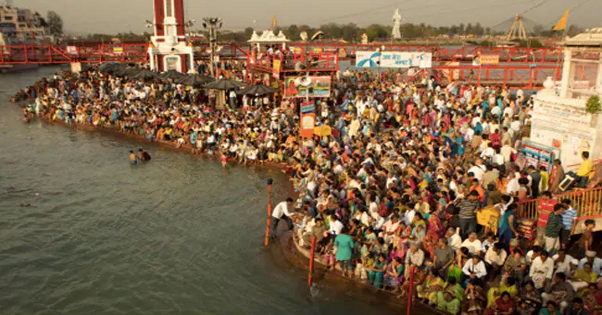 श्रद्धालुओं को नहीं कोरोना का खौफ! हरिद्वार में कुंभ के लिए जुटे हजारों लोग, ताक पर नियम