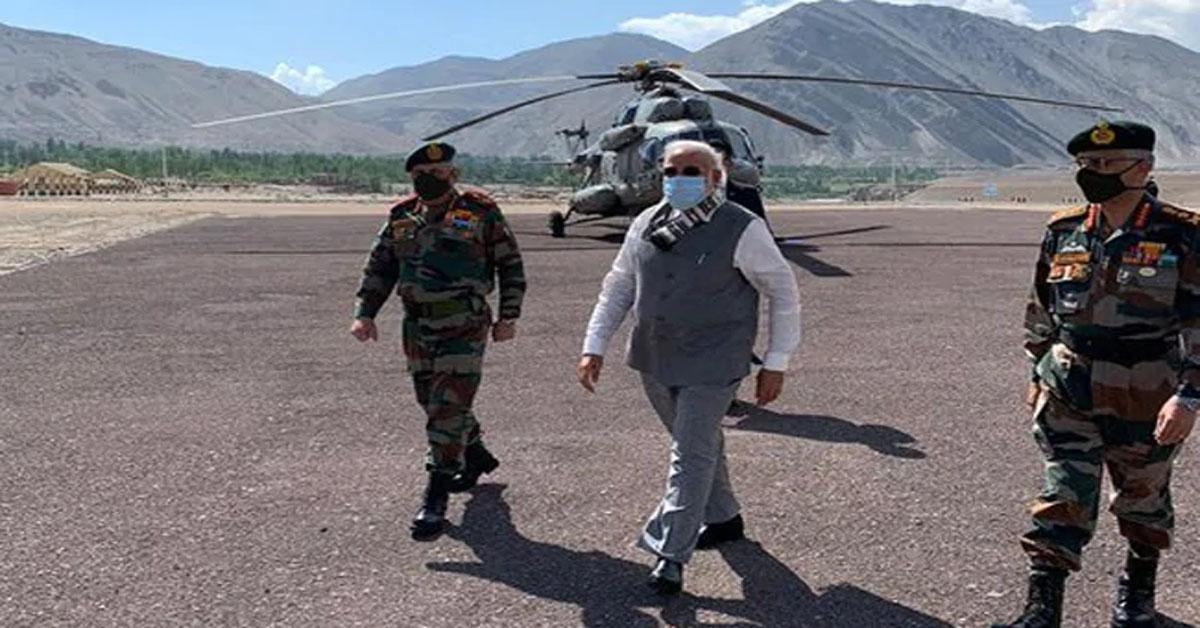 PM नरेंद्र मोदी पहुंचे लेह, CDS जनरल बिपिन रावत भी मौजूद