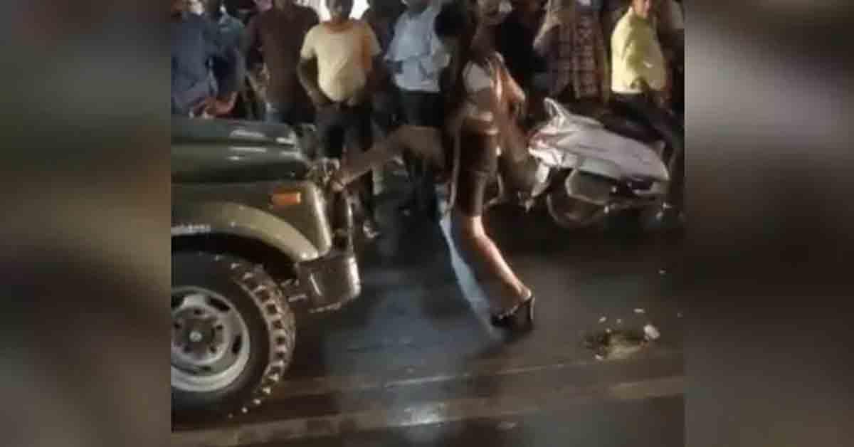 नशे में धुत महिला मॉडल ने ग्वातलियर की सड़क पर किया हंगामा