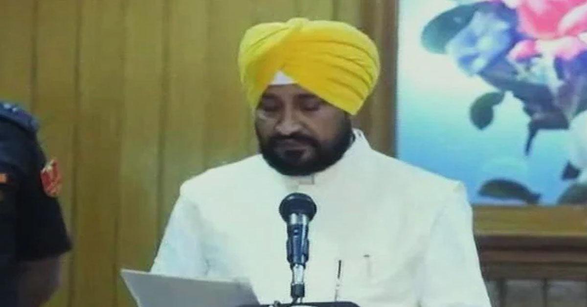 चरणजीत सिंह चन्नी ने ली मुख्यमंत्री पद की शपथ, पंजाब को मिला पहला दलित सीएम